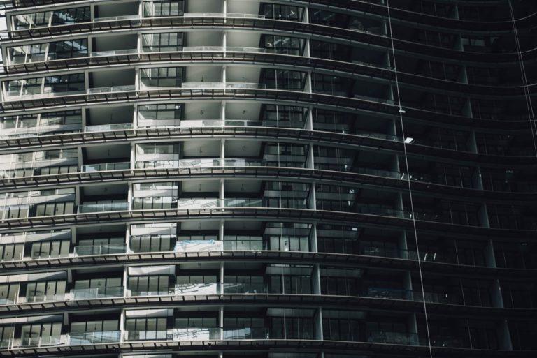 Odporne na uszkodzenia osłony na balustrady