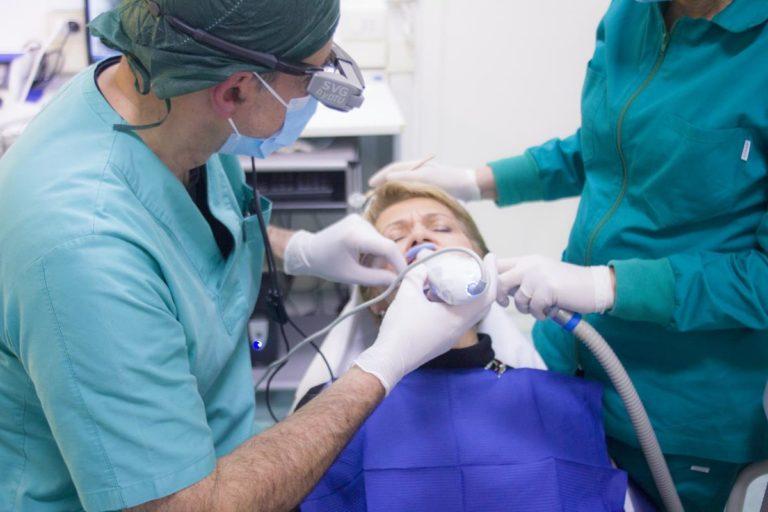 Czemu zostaliśmy zmuszeni do noszenia aparatu ortodontycznego?