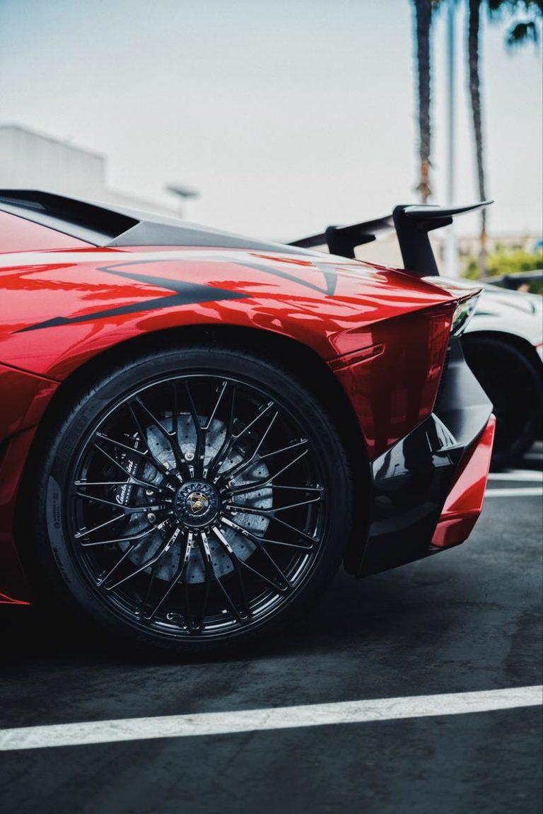 Czy warto czasem zaskoczyć znajomych luksusowym samochodem?